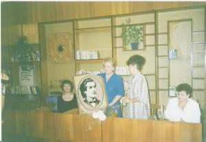 La Bălţi, în 2001, vorbind şi cântând verbul eminescian, printre    iubitorii de cultură ai locului. Portretul lui Eminescu ţesut într-o    frumoasă carpetă i-a fost oferit în dar de către Lidia Noroc Pânzaru, conducătoarea culturală a locului.