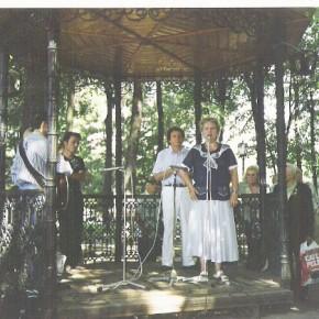 În Parcul oraşului Chişinău, alături de poetul Arcadie Suceveanu, în 2002, vorbind şi cântând publicului verbul eminescian.