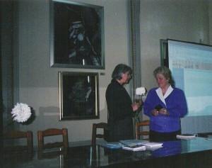 La Biblioteca Naţională a României din Bucureşti (2002) după expozeul şi  recitalul cu care a încheiat simpozionul anual al bibliotecii, felicitată de dna Codruţa de Hillerin, director adjunct al instituţiei.