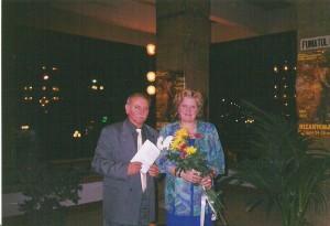 """În toamna lui 2002, cu crizanteme în mâini, la Festivalul """"Crizantema  de aur"""" de la Târgovişte, la lansarea cărţii şi casetei despre muzica  eminesciană, alături de prezentator, prof. univ. dr. George Coandă."""