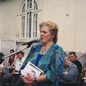 La Zilele Duiliu Zamfirescu ( Focşani 2004) cântând Doina eminesciană.