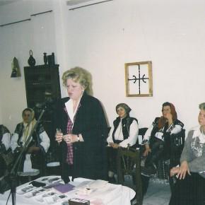 La Gura Humorului, la Muzeul Obiceiurilor populare, vorbind (şi cântând!) despre dragostea în poezia populară românească şi în cea      eminesciană, de Dragobete, în februarie 2003, alături de celelalte protagoniste ale serii culturale  şi de doamna directoare Vera Romaniuc.