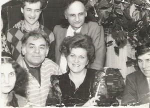 Acasă la Grigore Vieru impreună cu Nicolae Dabija, Emil Loteanu, Leonida Lari, Călin Vieru, Chişinău, feb. 1989.