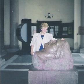 La Viena lângă bustul din holul Universităţii, 1999.