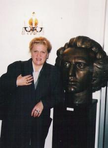 La New York lângă bustul de la Centrul Cultural Român, 2004.