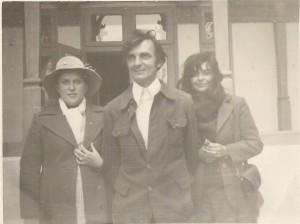 """In faţa Casei memoriale """"Mihai Eminescu"""" din Ipoteşti, în anul 1976, cu Ana Blandiana şi Romulus Rusan."""