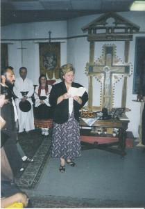 La Biserica Română din Viena (păstorită de părintele Nicolae Dura), în    1999, citind poeme dedicate lui Eminescu, alături de membrii    delegaţiei culturale organizate de neobosita Ioana Irimia, preşedinta  Societăţii Plai mioritic din Iaşi. În   fundal, Grigore şi Voichiţa Leşe, aşteptându-şi rândul la cuvânt şi cântec.