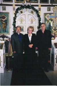 """În Canada, la Biserica """"Sf. Maria"""" din Boian (2000), împreună cu soţul, Dumitru Olaru, alături de preotul şi scriitorul George Bâzgan."""