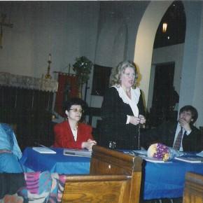 """La New York în timpul lansării cărţii şi casetei eminesciene la Cenaclul  """"Mihai Eminescu"""", între Mihaela Albu şi preot profesor dr. Theodor  Damian, conducătorul cenaclului.(2000)."""